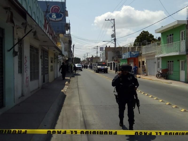 Se enfrentan policías con presuntos narcomenudistas