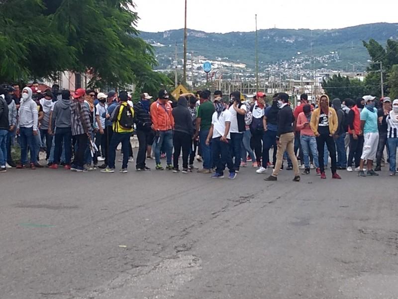 Se enfrentan policías y normalistas en Chiapas