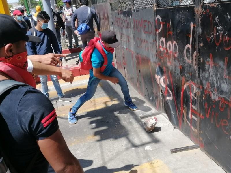 Se enfrentan policías y normalistas en Tuxtla Gutiérrez