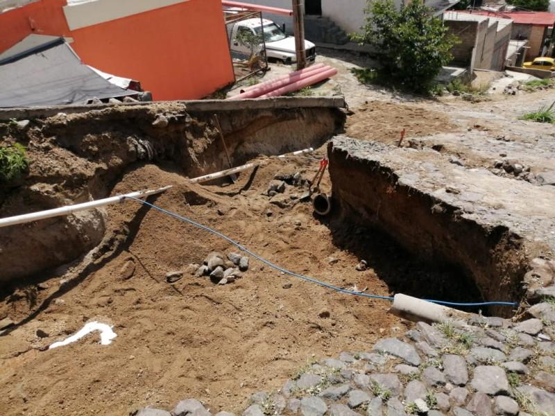 Se forma socavón en la calle Rayón