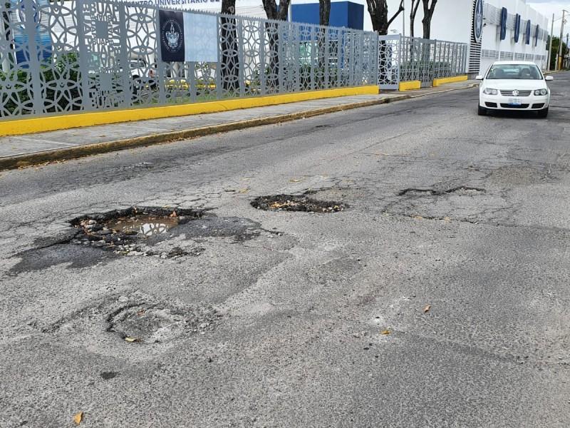 Se forman grandes y problemáticos baches en Reforma Agua Azul