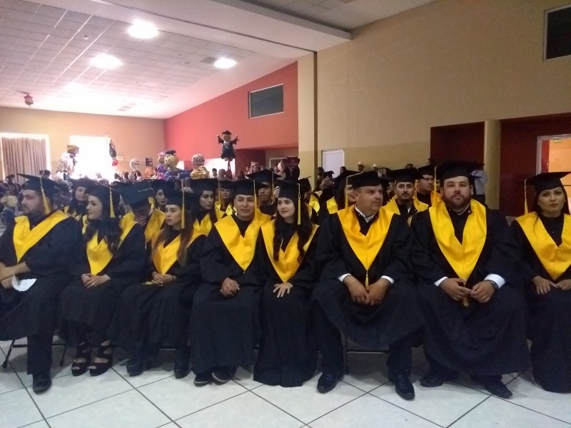 Se gradúan estudiantes de la UAIS