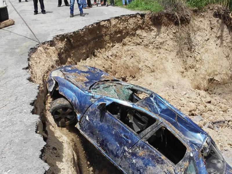 Se hunde auto en puente colapsado