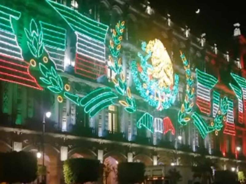 Se ilumina el Zócalo con luces patrias