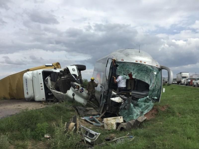 Se impactan tráiler y camión de pasajeros