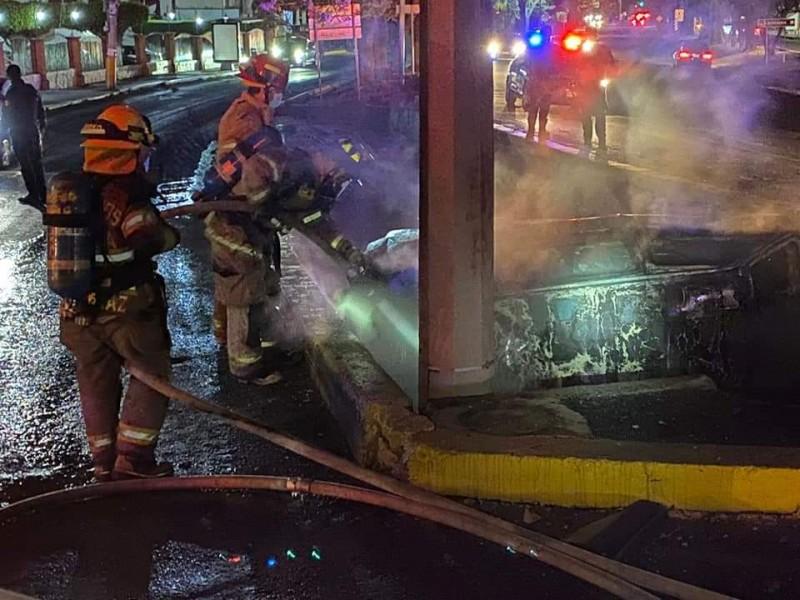 Se incendia auto en avenida Camelinas