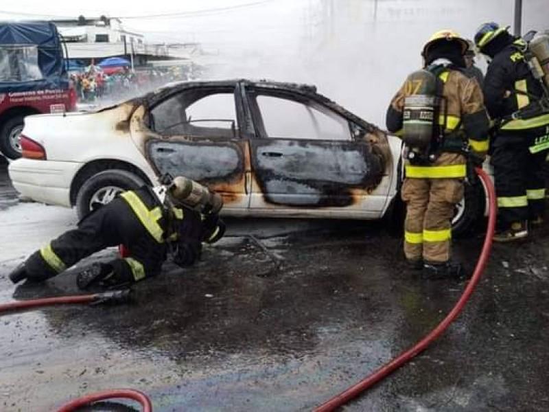 Se incendia automóvil en inmediaciones de la Central de Abastos