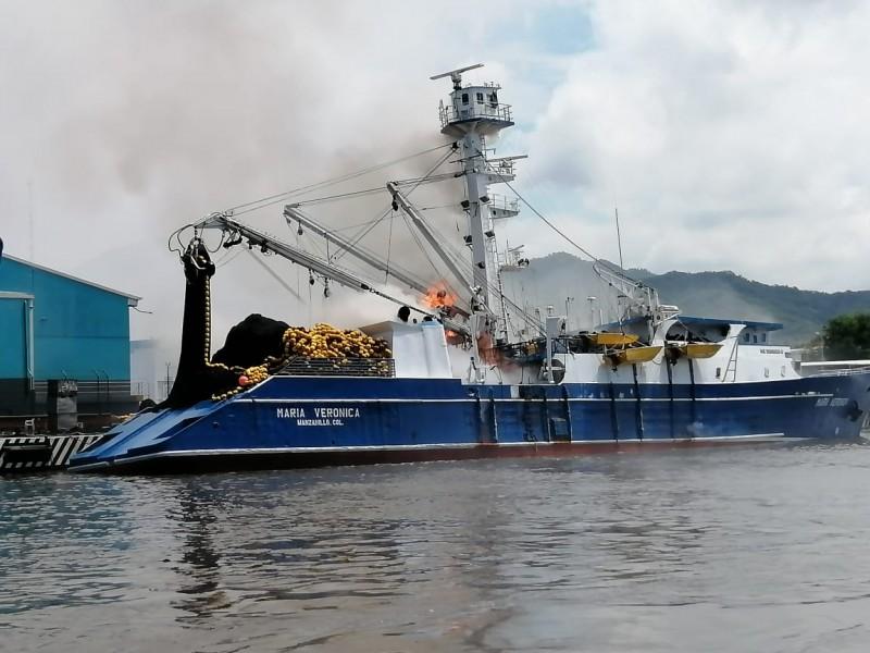 Se incendia barco atunero en Manzanillo