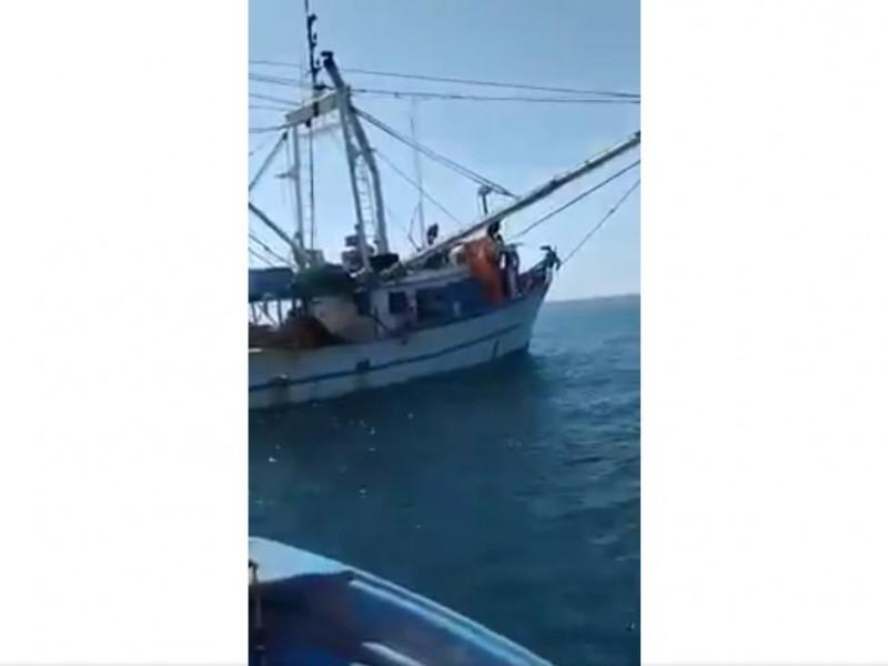 Se incendia barco camaronero en Santa Bárbara