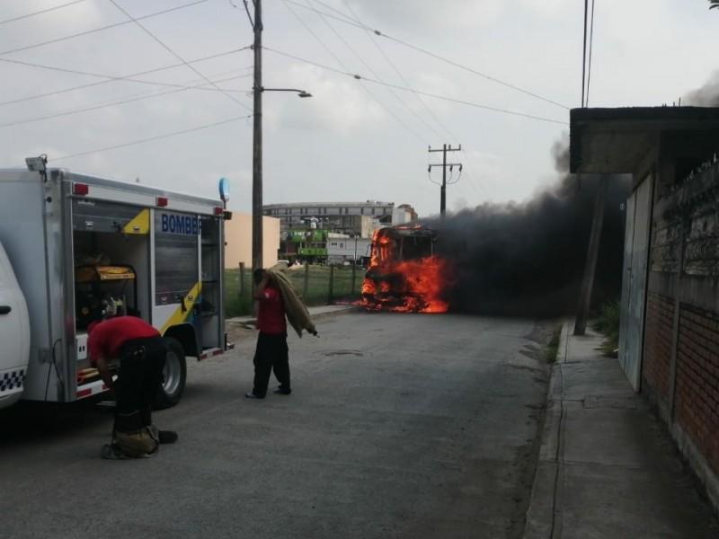 Se incendia camión de pasajeros