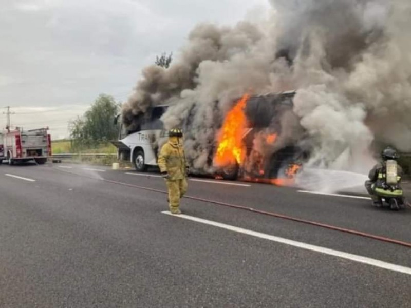Se incendia camión de pasajeros; tripulantes resultan ilesos