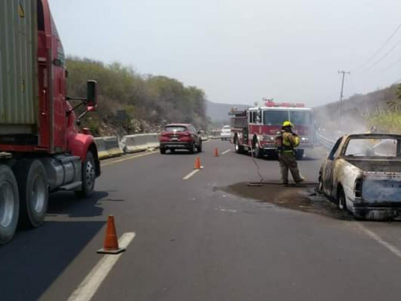 Se incendia camioneta de trabajadores en autopista Colima-Manzanillo