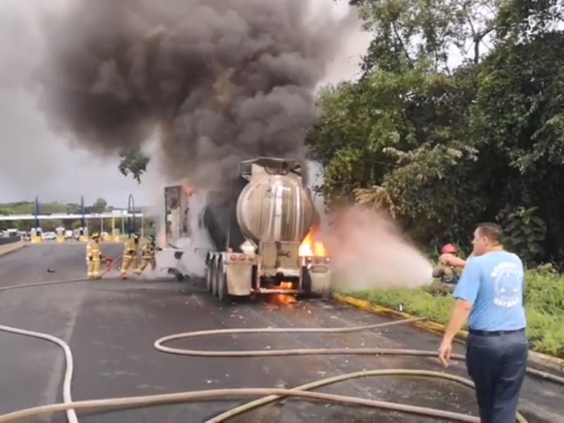 Se incendia pipa en Autopista Tepic-Villa Unión