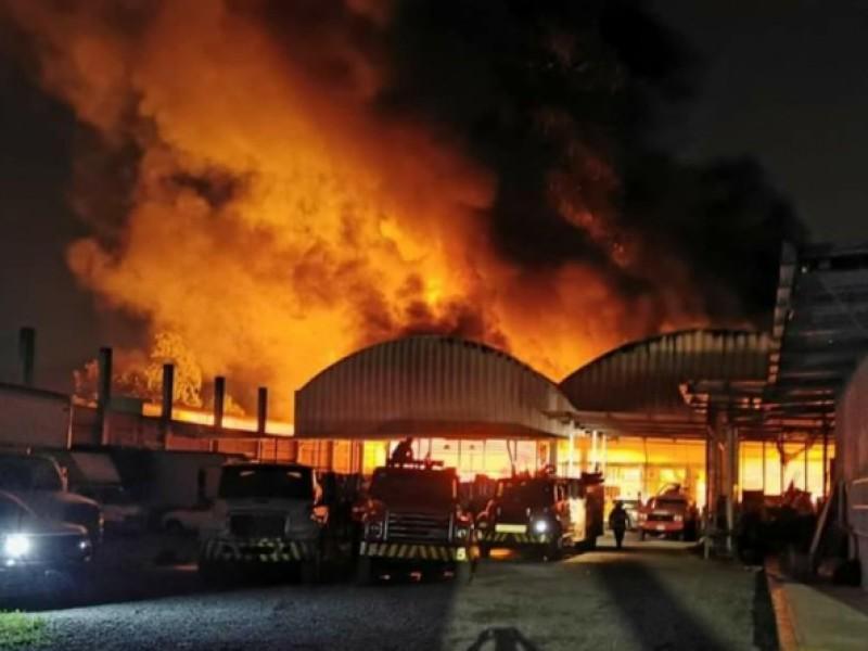 Se incendia renovadora de neumáticos en Huiloapan.