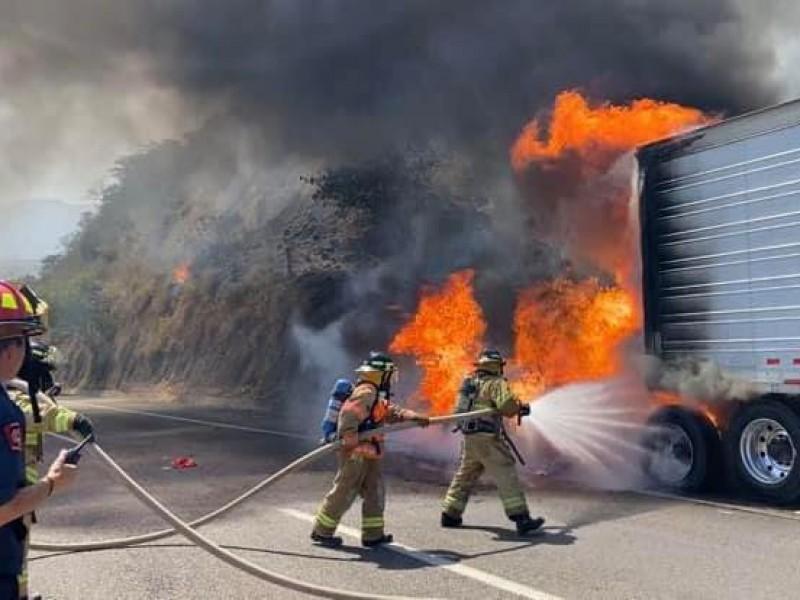 Se incendia tráiler en autopista Tepic- Mazatlán