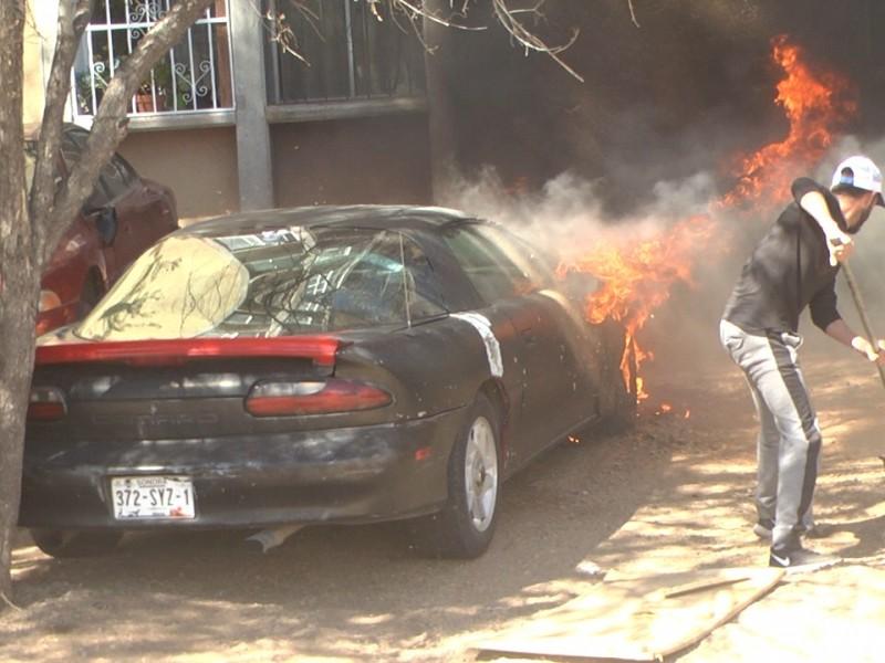 Se incendia vehículo en colonia FOVISSSTE 2