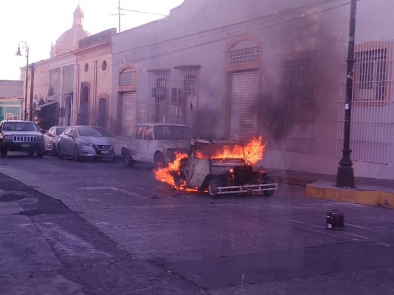 Se incendia vehículo en el centro de Colima