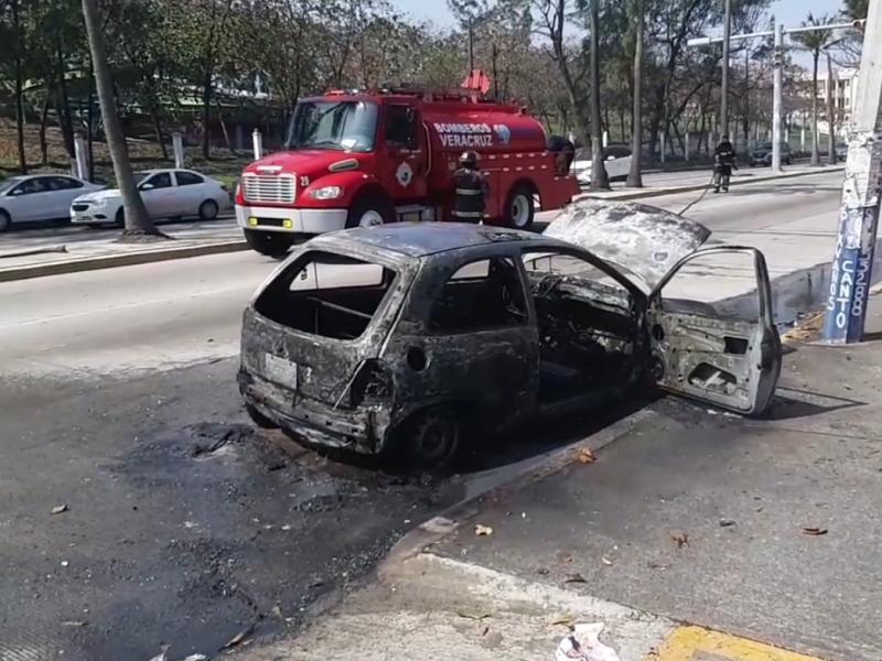 Se incendia vehículo sobre la Av, Díaz Mirón, en Veracruz