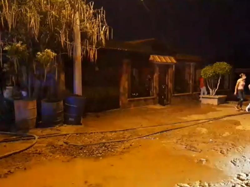 Se incendia vivienda, carpintería y dos autos en Gil Samaniego