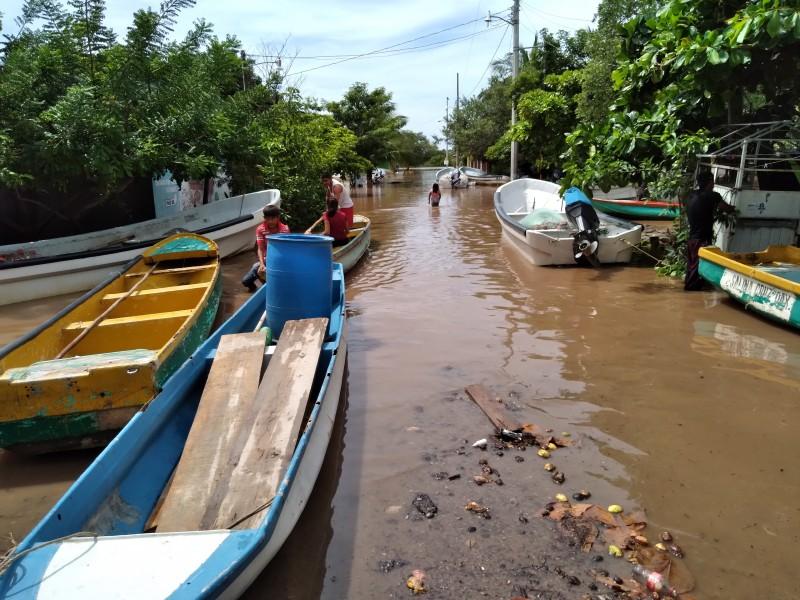 Se inundan viviendas en Playa Vicente, Juchitán