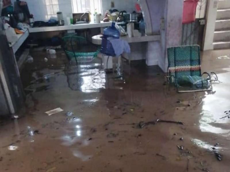Se inundan viviendas en Tecuala por desbordamiento del río Acaponeta