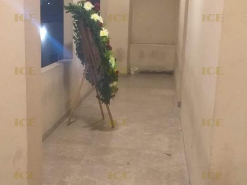 Se investiga a pareja por entregar una corona floral