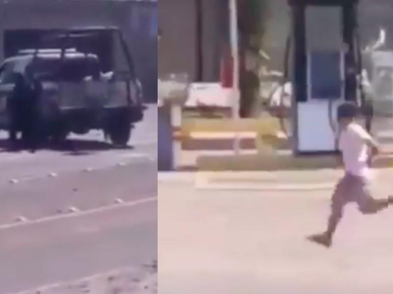 Video ¡Se les peló! Sujeto esposado logra escapar de policías