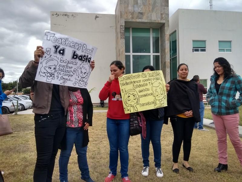 Se manifiestan maestros de inglés, exigen pagos