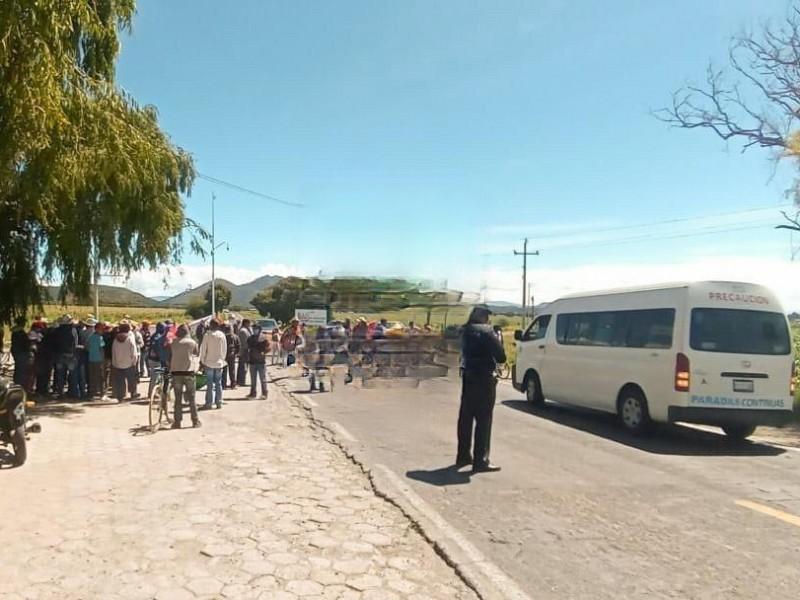 Se manifiestan pobladores cerrando vialidad en Libres