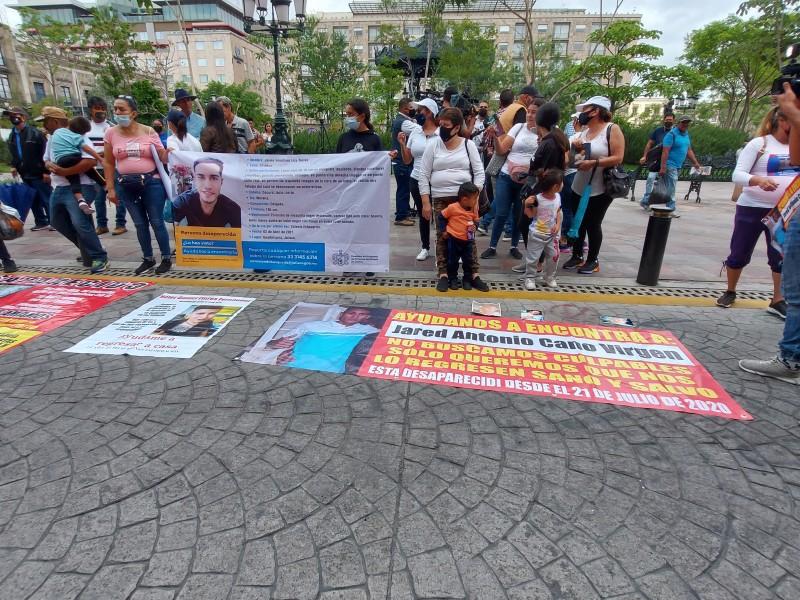 Se manifiestan por desaparecidos en Palacio de Gobierno