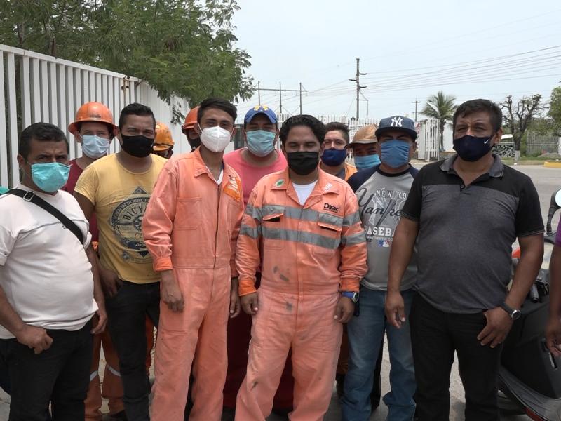 Se manifiestan trabajadores de compañía frente a refinería en SalinaCruz