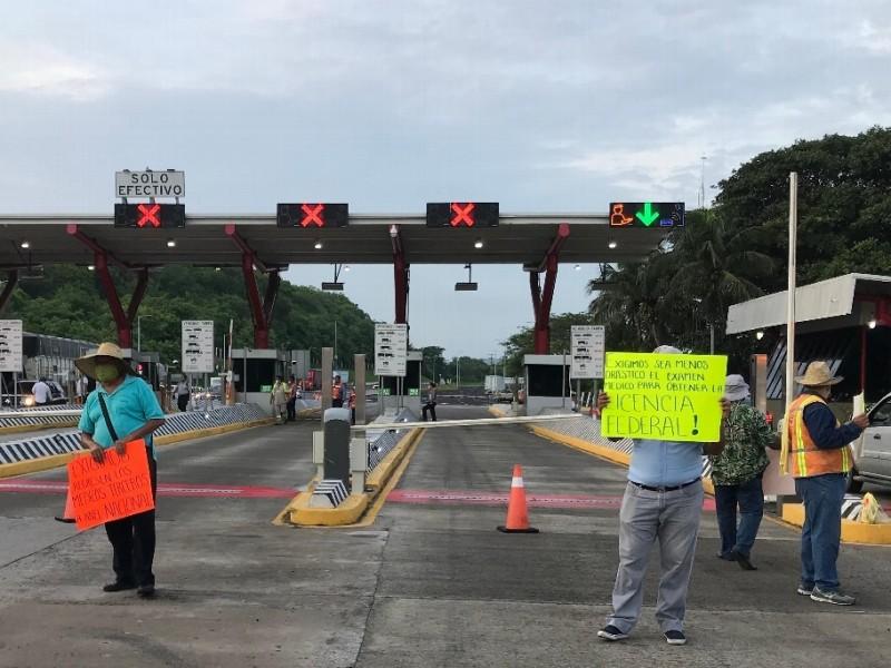 Se manifiestan transportistas en distintas zonas de Veracruz.