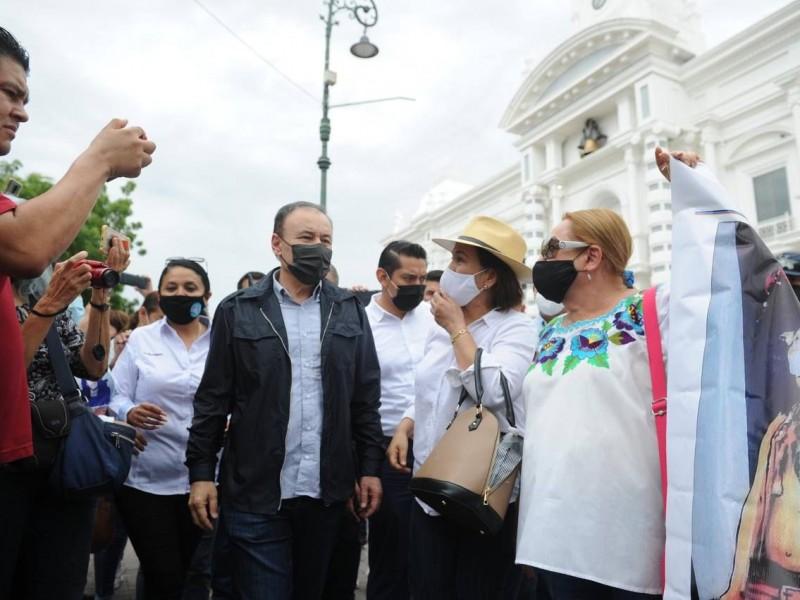 Se manifiestan Yaquis en Palacio, Gobernador sale a recibirlos