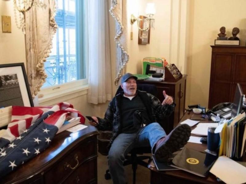 Sube los pies en oficina de la congresista Nancy Pelosi