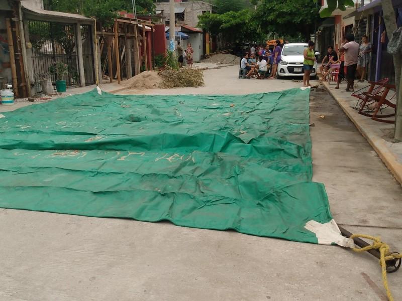 Se preparan para dormir en la calle familias de Huatulco