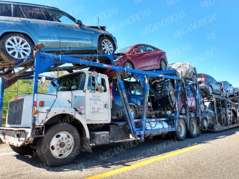 Se quejan transmigrantes por bloqueo carretero