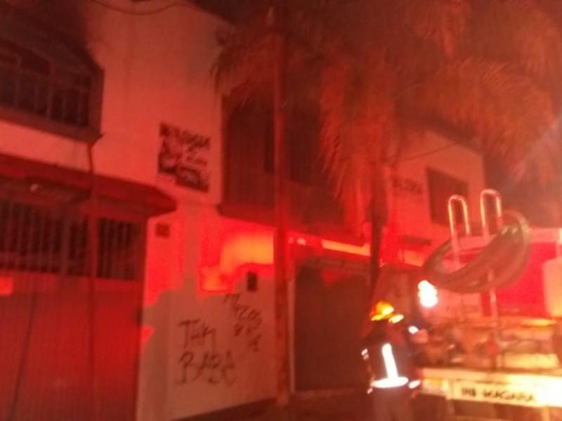 Se quema fábrica de pantalones en Tabachines