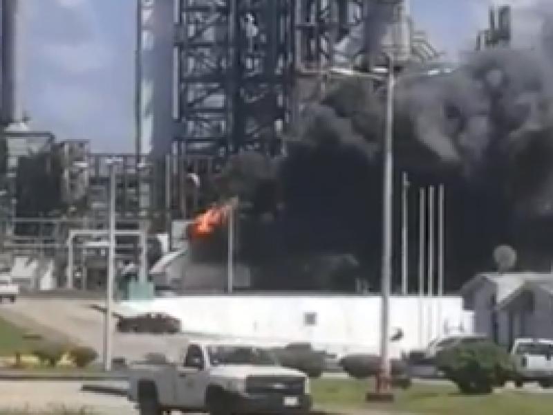Se registra incendio en complejo petroquímico