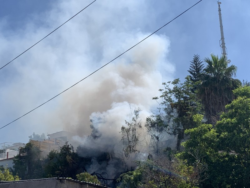 Se incendia acceso a conjunto habitacional Col. Lázaro Cárdenas
