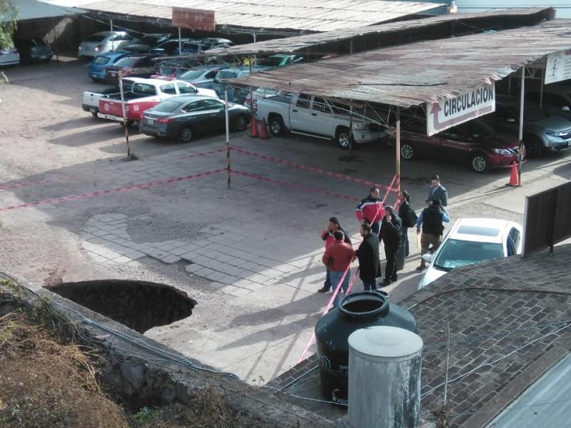 Se registra socavón frente a la clínica 1