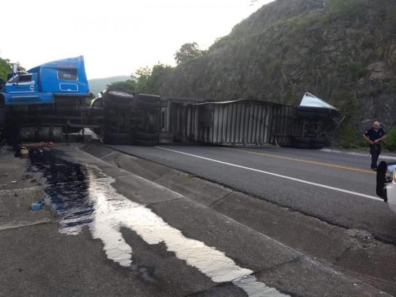Se registra volcadura en carretera Pátzcuaro-Lázaro Cárdenas