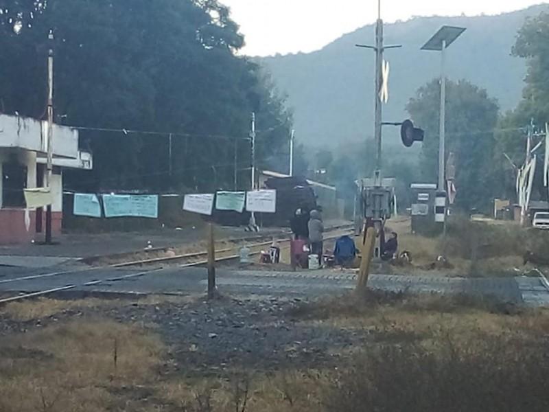 Se suma Nueva Italia a bloqueos en vías férreas