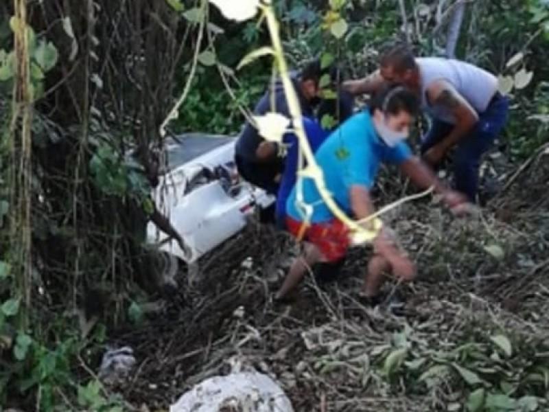 Se volcó un automóvil en una barranca sobre la autopista