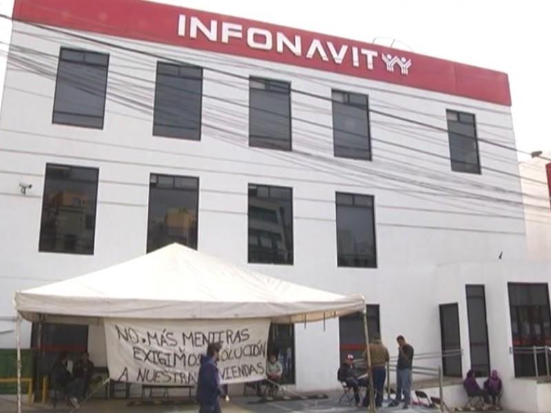 Segundo día de toma de Infonavit, delegada ineficaz