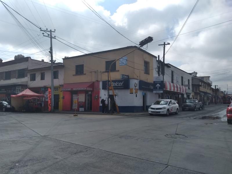 Semáforo apunto de caer en Zinacantepec