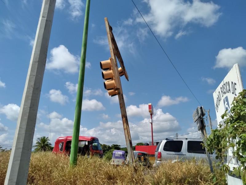 Semáforo dañado pone en riesgo a automovilistas en Tehuantepec