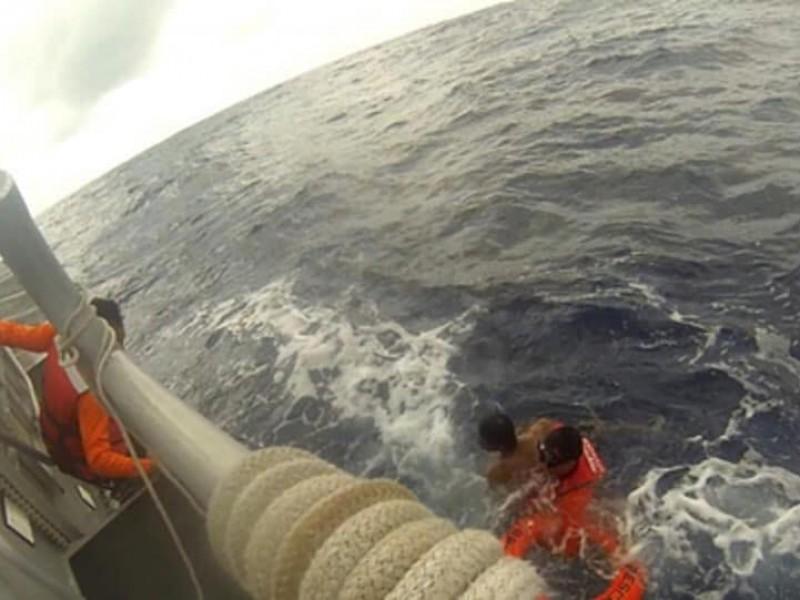 SEMAR rescata a persona perdida en mar abierto