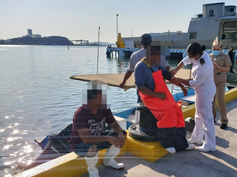 SEMAR rescata a tres pescadores en Guaymas