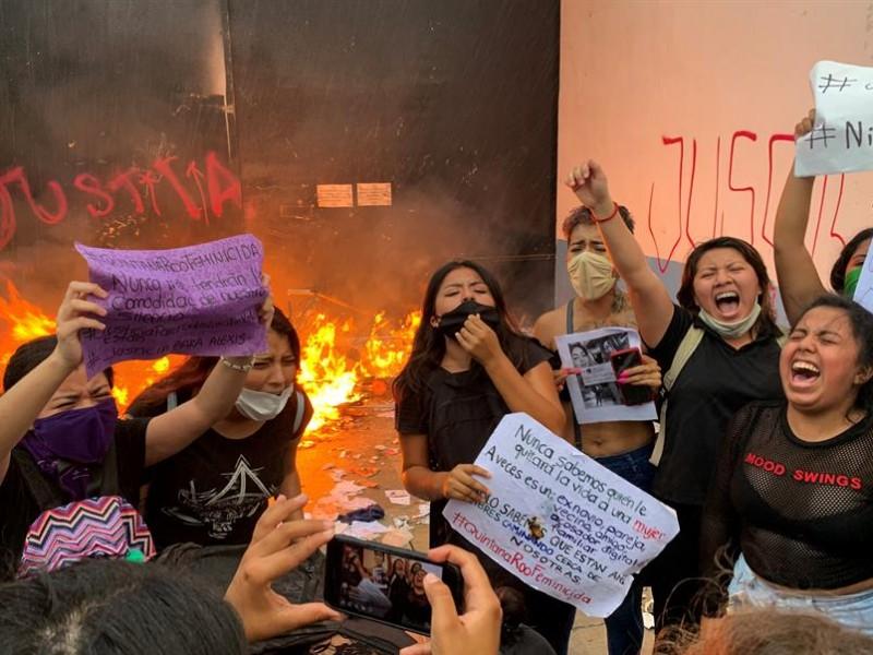 Separan a mando policial de Cancún tras represión a feministas
