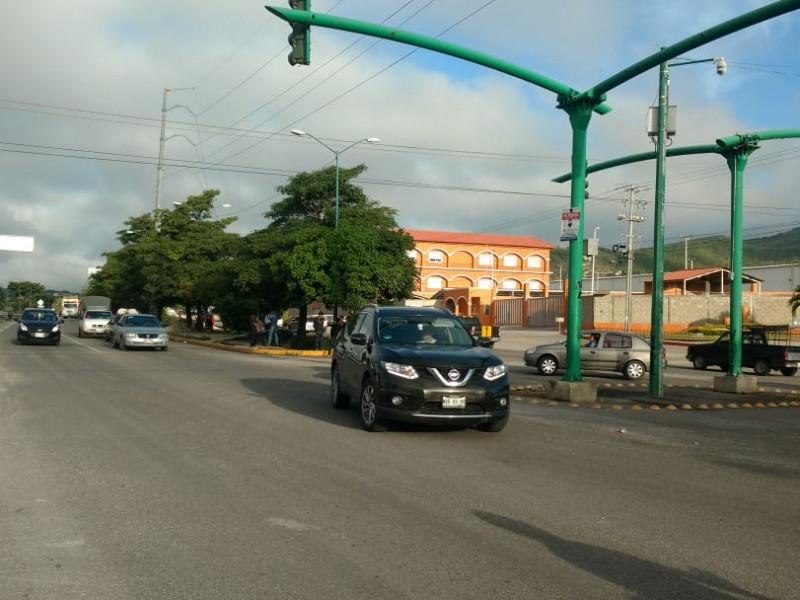 Seudo normalistas encapuchados bloquean vialidad